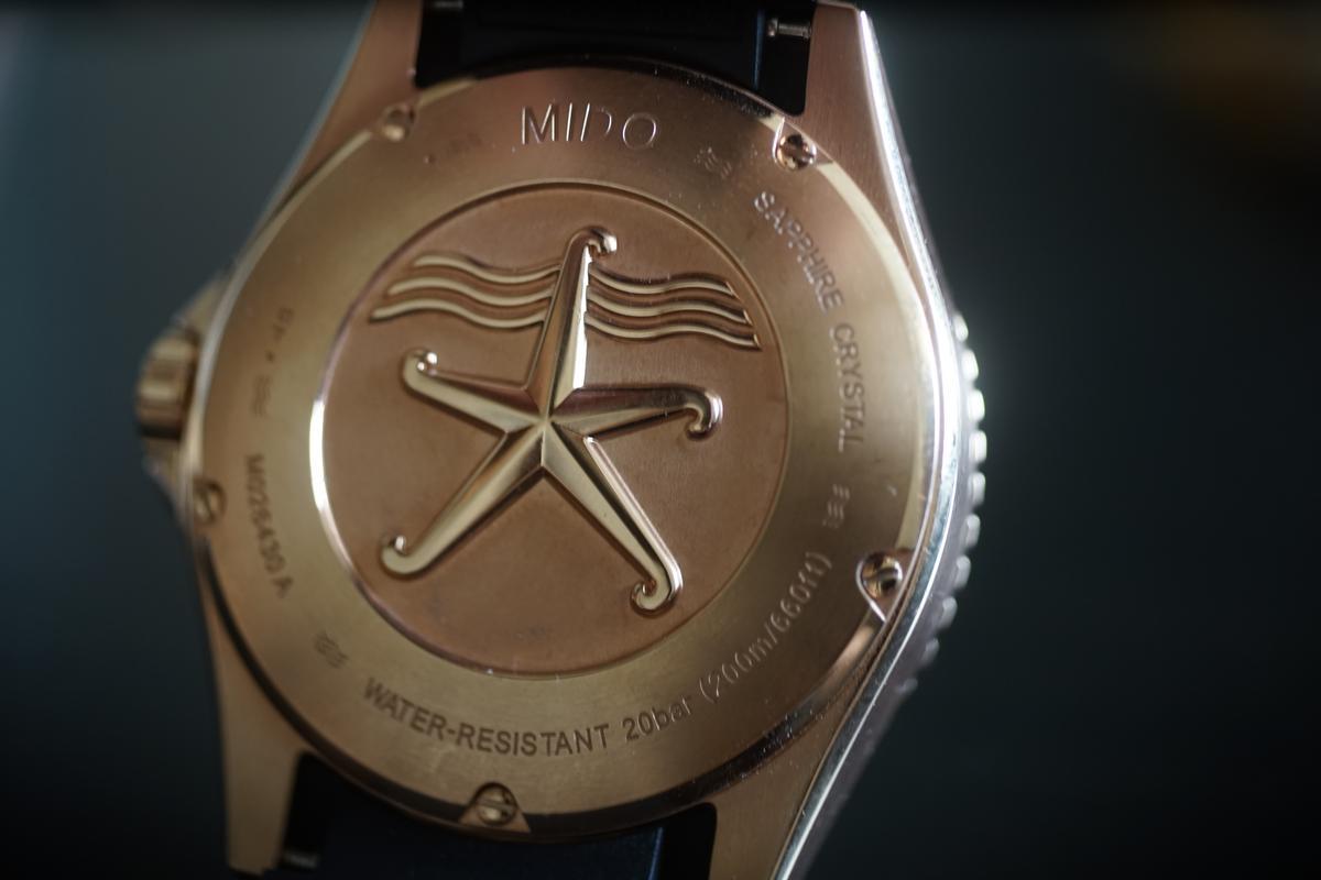 錶背上通常會寫上錶款的防水能力,像是「water resistant 20bar」,就是代表水下200公尺的防水能力。