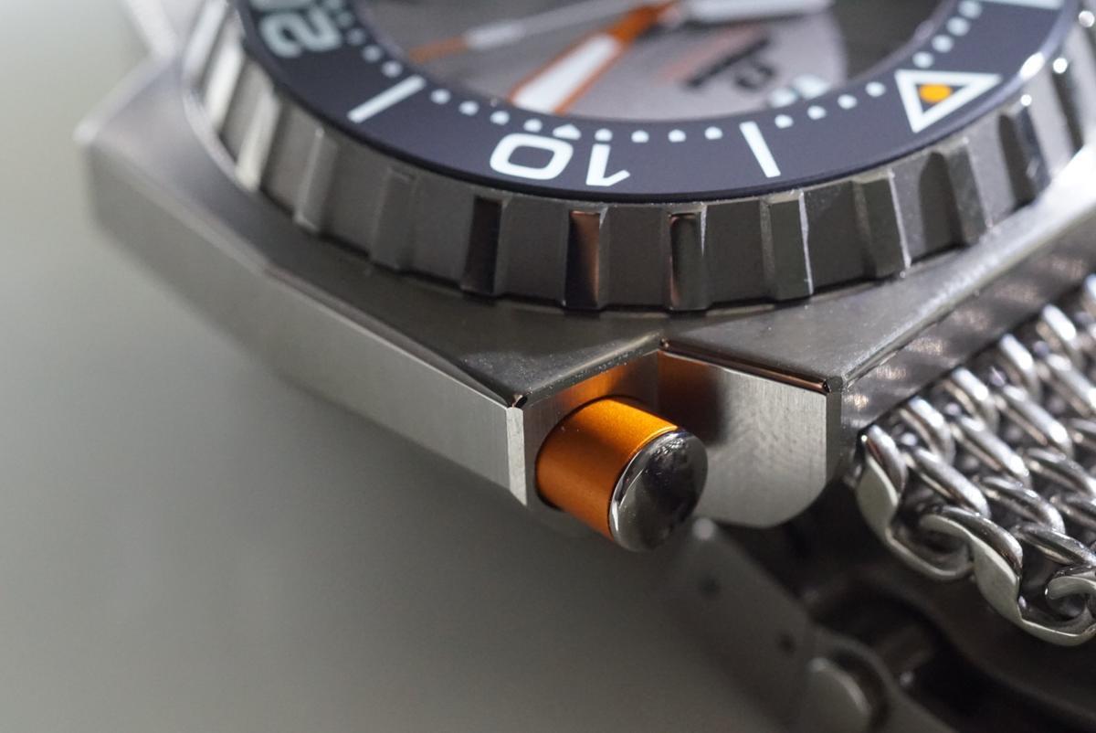 排氦裝置可以確保腕錶在回到正常氣壓環境下不會因為壓力過大而爆開。