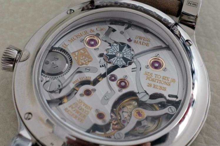 錶背露出了機芯的底部,萬年曆閏年指示則顯示在這裡。