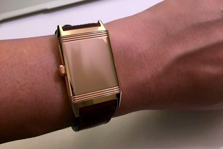 戴在手上時,把錶殼翻到背面也非常美,就像在戴一款玫瑰金手環。另外,這一面也可以刻字或紀念圖案。