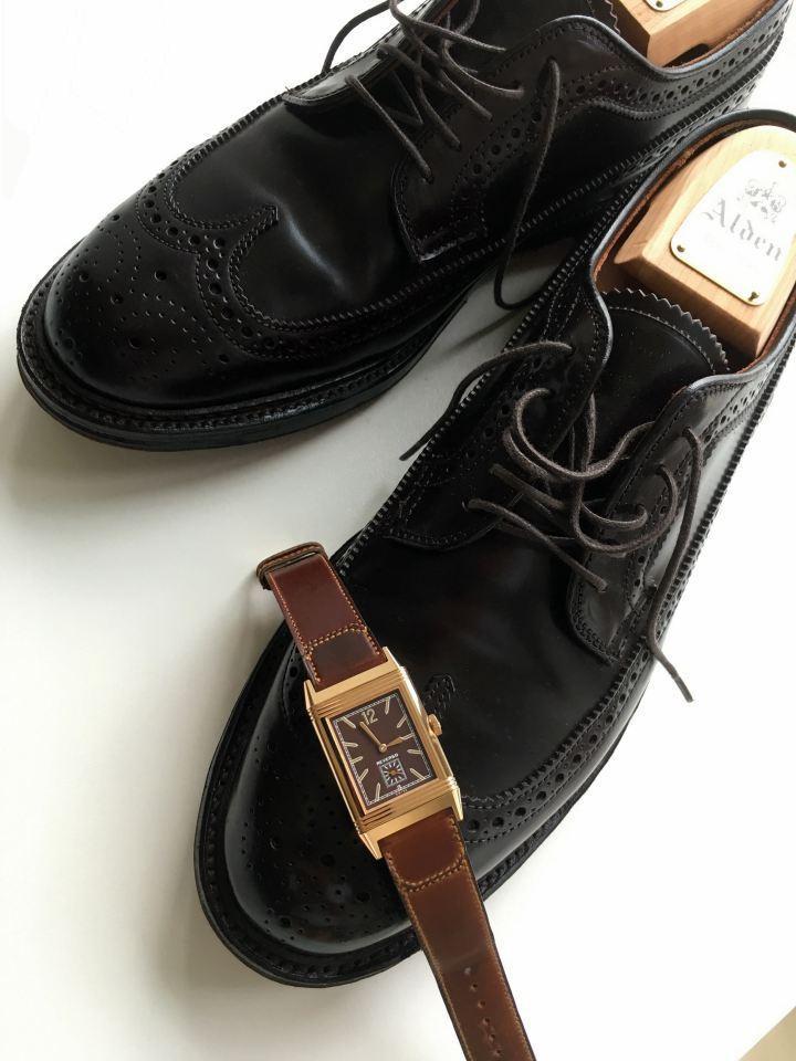 積家Grande Reverso 馬臀皮錶帶錶款,與知名的馬臀皮皮鞋品牌Alden的鞋款合照。