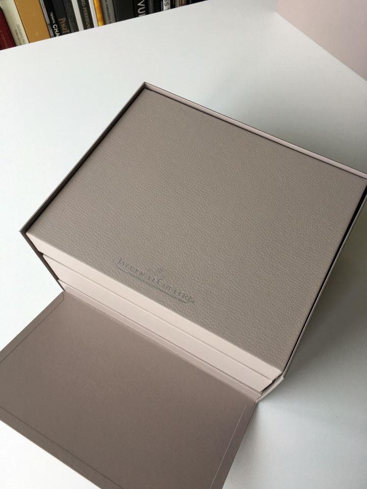 一個外觀相當樸質的錶盒。