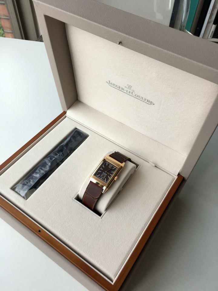 一打開,就看到手錶躺在錶盒裡。同時還附贈一條深棕色的鱷魚皮革錶帶。