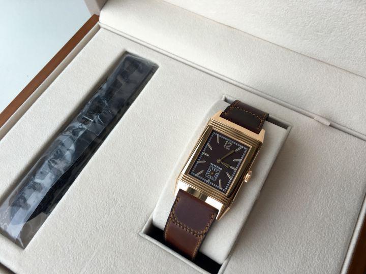 來個近照。玫瑰金錶殼與巧克力顏色的面盤和馬臀皮錶帶,搭得實在太完美了。