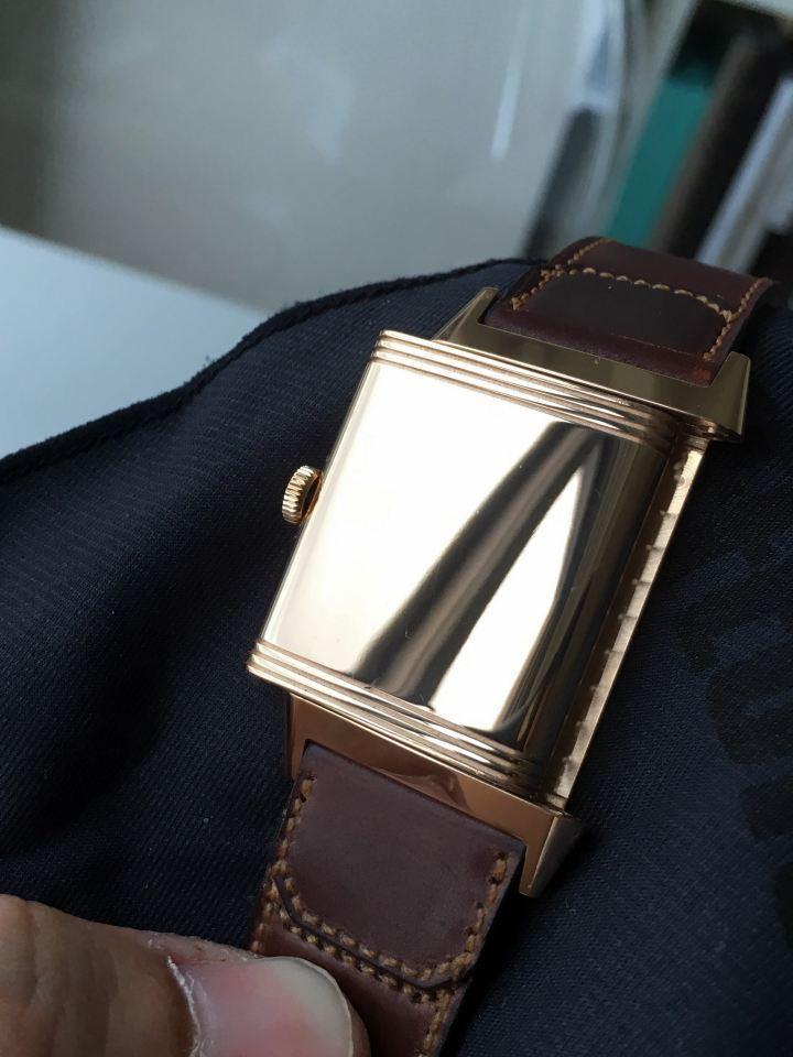 Reverso 最著名的翻轉錶殼,翻到背面是一整面光滑如鏡的實心玫瑰金底蓋。