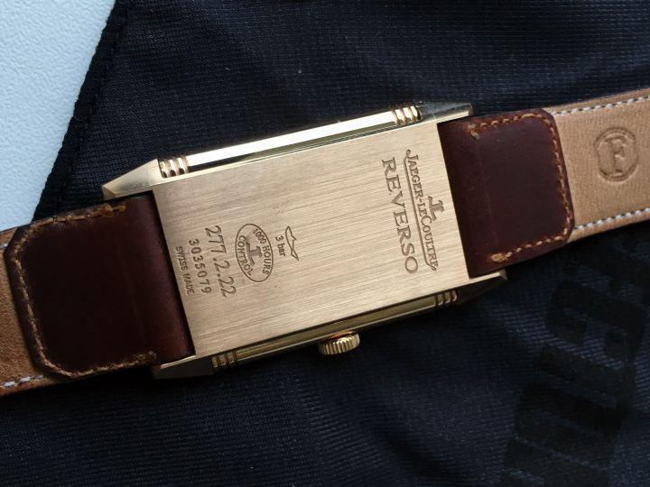 真正的錶殼底座,則刻有品牌字樣與序號。