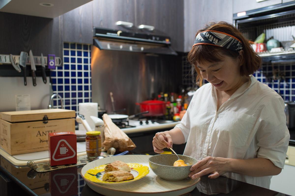 許心怡打顆蛋煎成厚厚的蔥蛋包,夾進燒餅就是升級版的早餐。