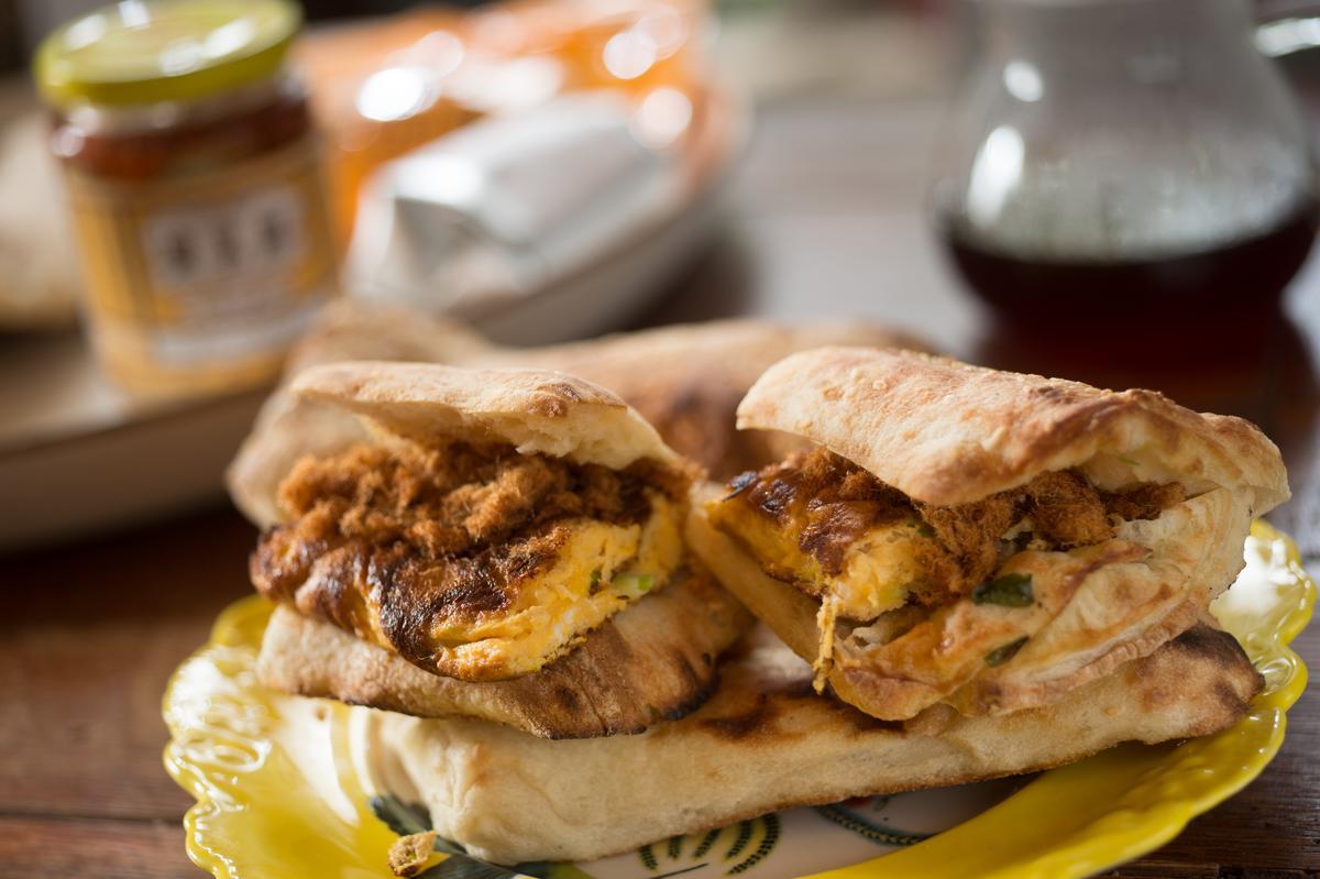 把燒餅對半切就像巧巴達麵包一樣,夾進腐乳、肉鬆、蔥蛋就是升級版的燒餅蛋。