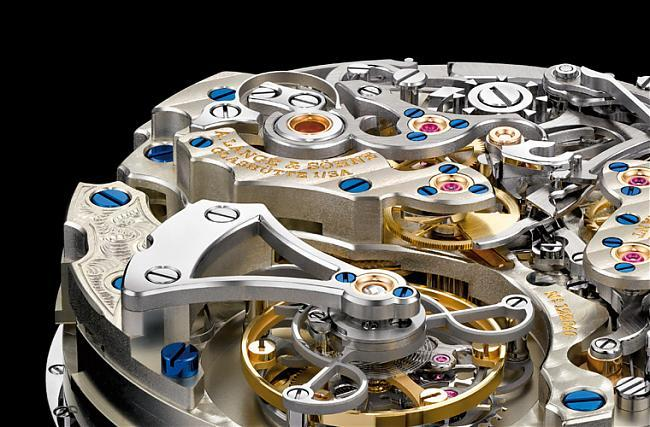 飛行陀飛輪(Flying Tourbillon)約在1930年代由朗格發明,由底部固定陀飛輪組件,取消上橋板、由底座固定陀飛輪組件,同樣以擺輪的軸心為中心,重量更輕。不過現代朗格的作品中比較少作飛行陀飛輪。(圖為朗格的L952.2手上鍊機芯,具備萬年曆、陀飛輪、飛返計時等眾多複雜功能,還具備停秒裝置)