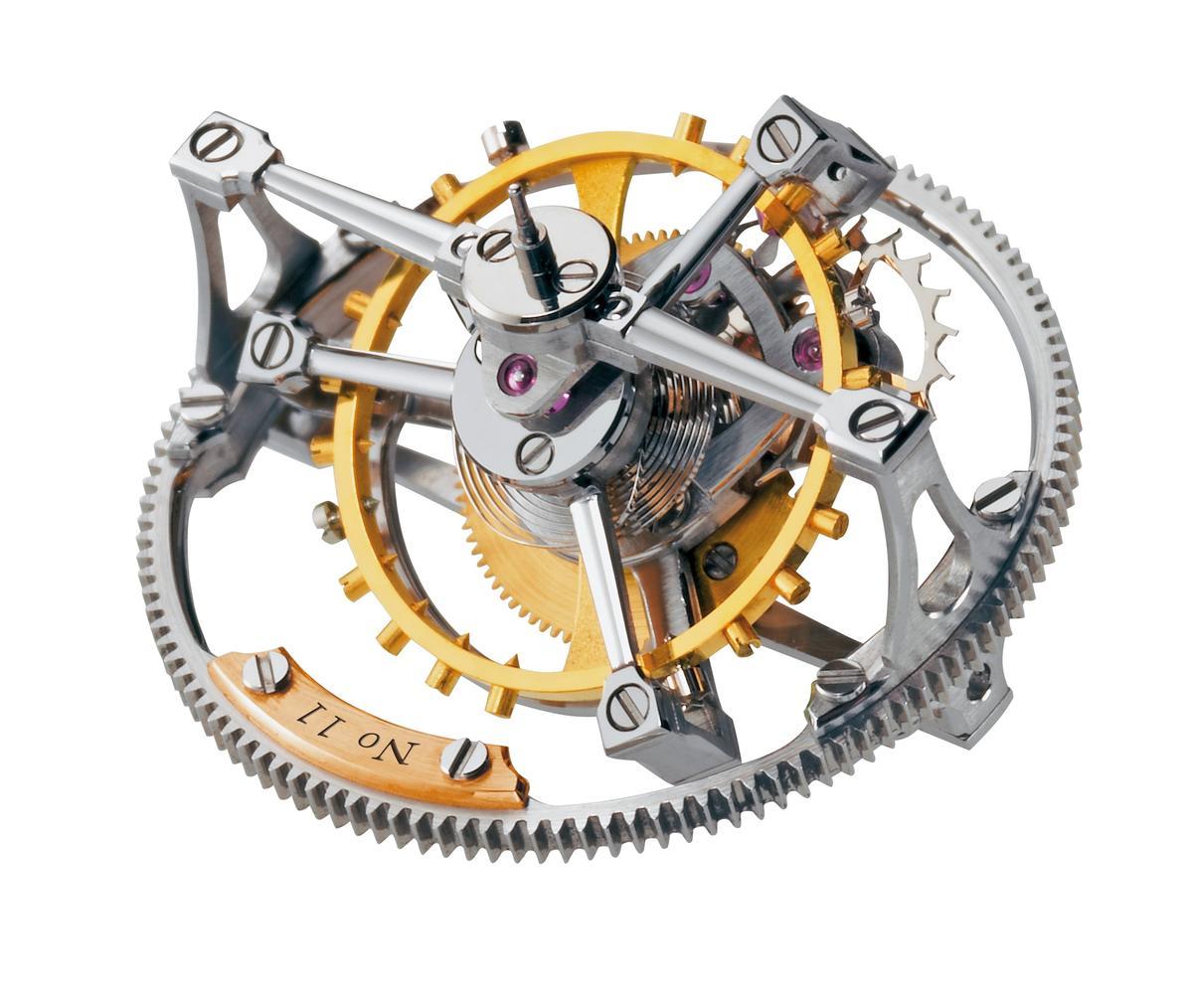 簡單來說,陀飛輪裝置就像一個籠子,將擒縱系統放到裡面,而陀飛輪裝置不斷旋轉的狀況下,讓擒縱系統不會固定在某個方位,因此能消弭地心引力對擒縱系統的影響。