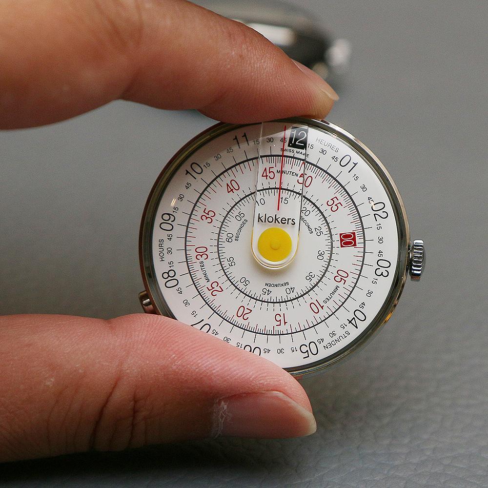 Klok-01的設計靈感來自於計算尺(slide rule),三層式的圓盤,從外至內分別代表了小時、分鐘、秒,並透過面盤上方中央的直線來指示時間。