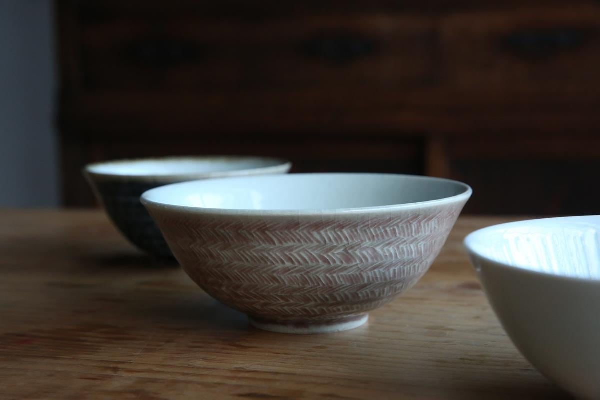 河井達之作品保留陶土色澤的丼飯碗,成了陪襯美食的最佳舞台。