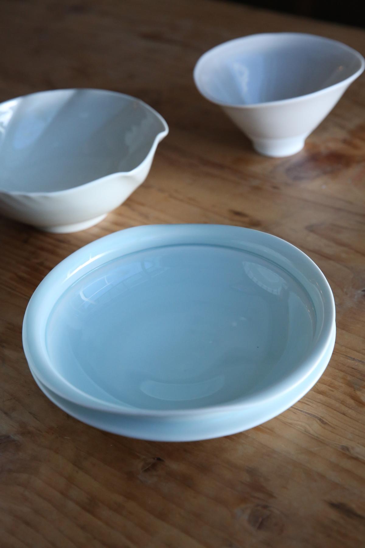 藤井憲之優雅的波浪狀瓷器,很適合盛放滷肉等醬汁濃烈的料理。