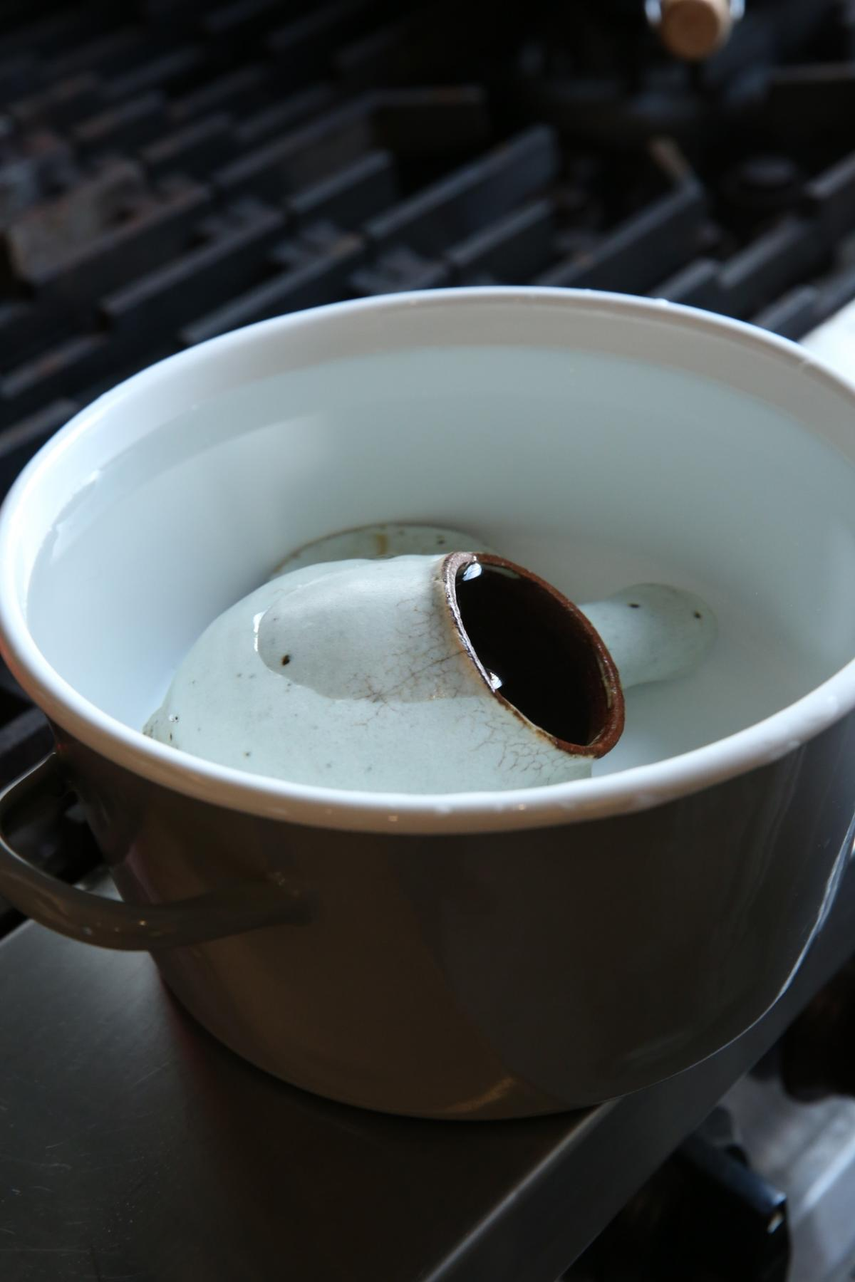 每次使用前,把陶器充分泡入常溫水裡,可讓沾染情形變得柔和。