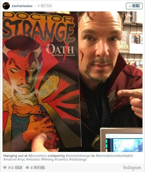 身為奇異博士,你必須走進漫畫店買自己的漫畫然後自拍。(翻攝自Instagram)