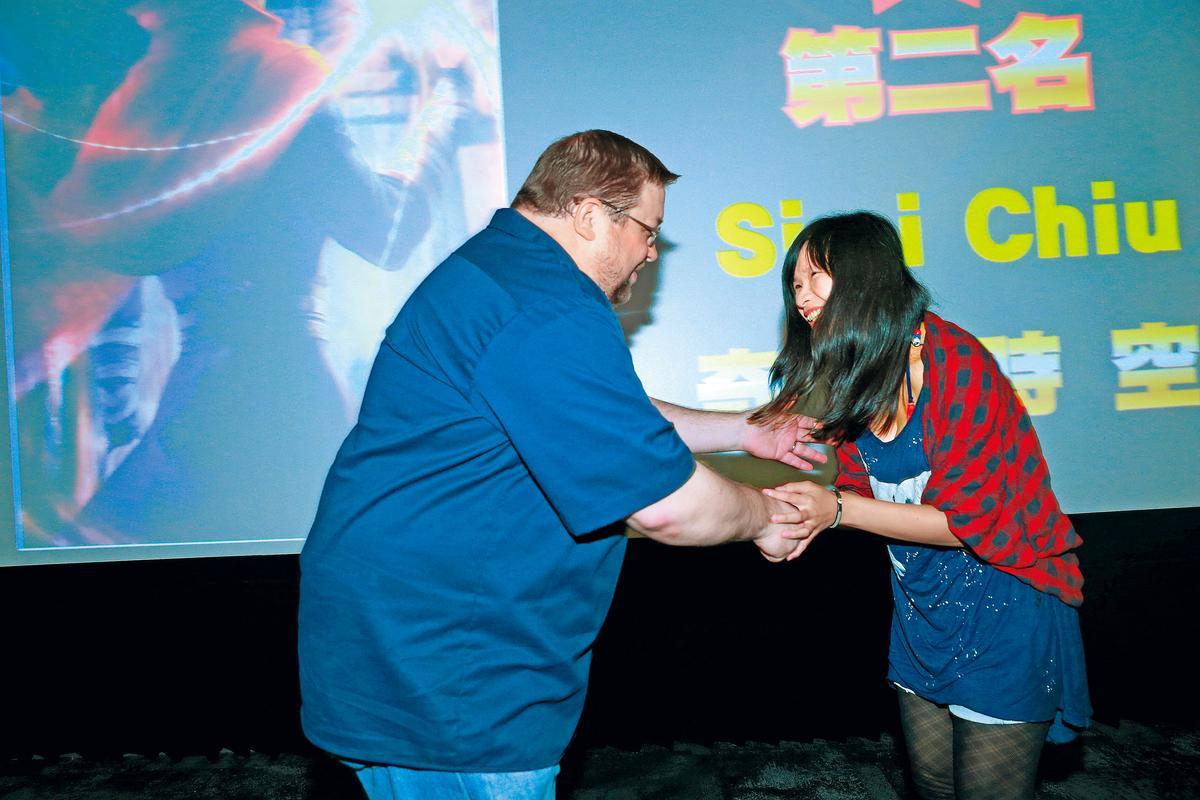 第2名的作品《奇異時空》的作者Simi Chiu(右)接受C.B.頒獎,並受邀到漫威工作。