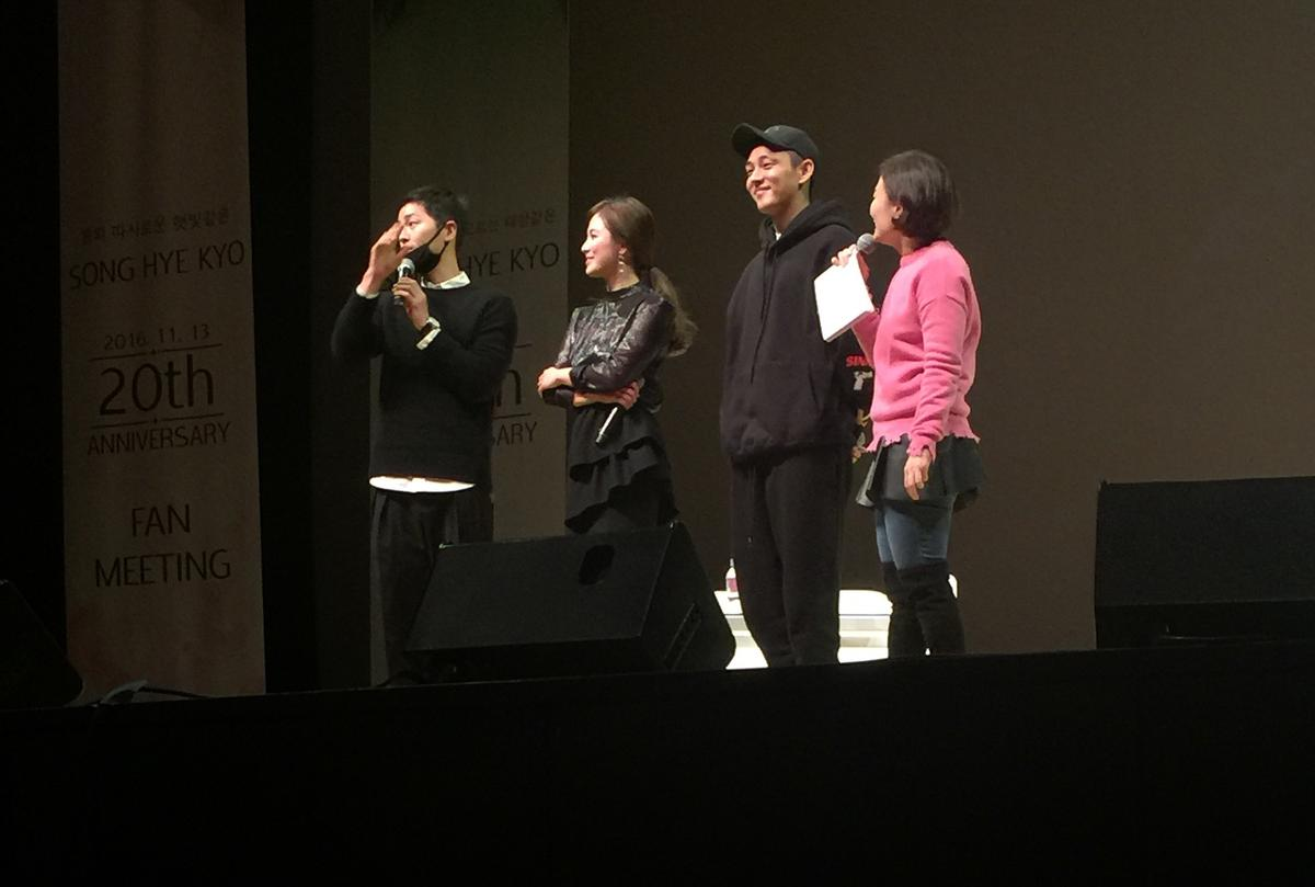Song Zhongji (left), Yoo Ah-in (second from right) coming out, so that the audience surprise fans excited.