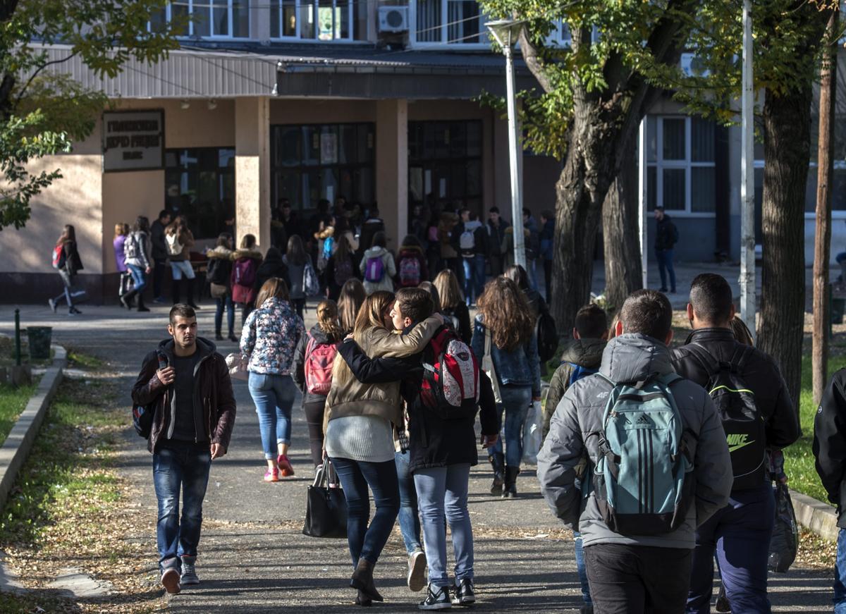 馬其頓小鎮Veles意外成了挺川普網站的一大聚集地,至少有100個相關網站在此設立,站主多半是青少年或大學生。圖為當地一所高中學生上學的情形。(東方IC)