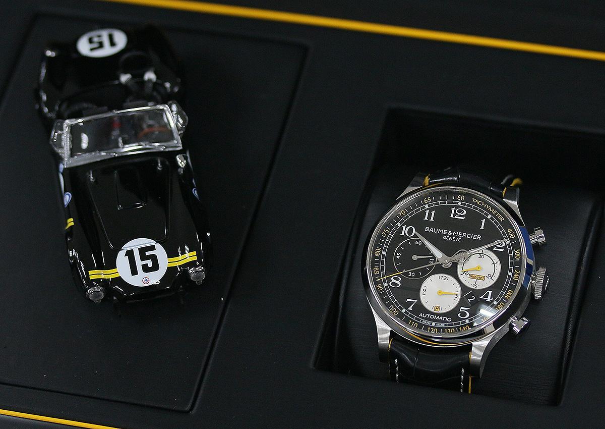 Shelby® Cobra計時碼錶,限量1963只,隨錶還附上一輛289 Cobra跑車的模型。