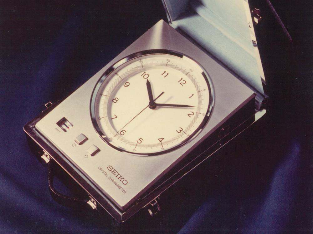 精工僅用了半年左右的時間,就把石英計時器從冰箱大縮小成重量僅三公斤,耗電量僅0.003W,計時員可以帶著帶處跑的輕便玩意,讓它們的瑞士鐘錶同行目瞪口呆。