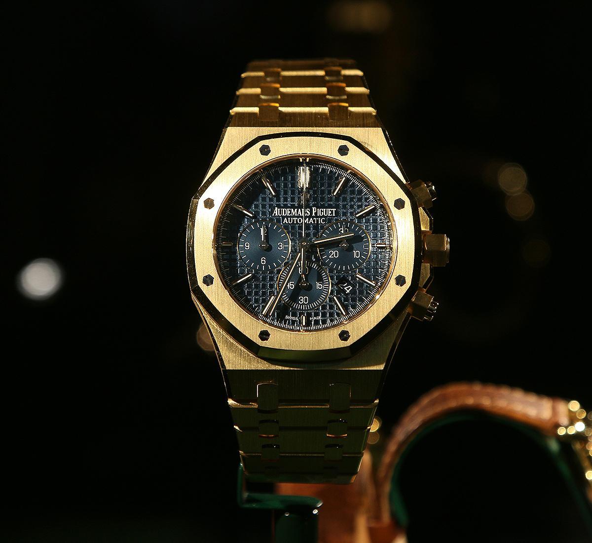 今年愛彼嘗試黃金材質錶殼的皇家橡樹,風格越趨古典。