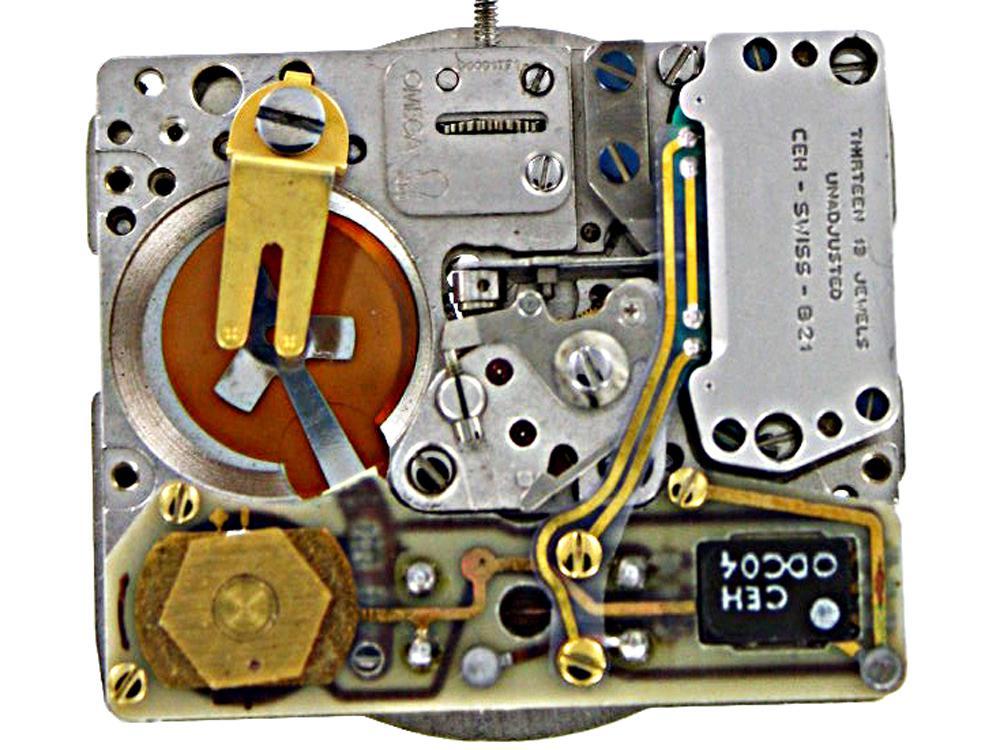 到了1970年時, 瑞士鐘錶業終於開始進入了石英腕錶時代,當年有十八個瑞士品牌在Basel大展中都發表了相似的石英腕錶系列,而這些腕錶都採用了相同的Beta 21石英機芯。圖為當時OMEGA所使用的Beta 21石英機芯(品牌編號Calibre 1300),使用在品牌的第一款石英錶「Electroquartz」系列上。