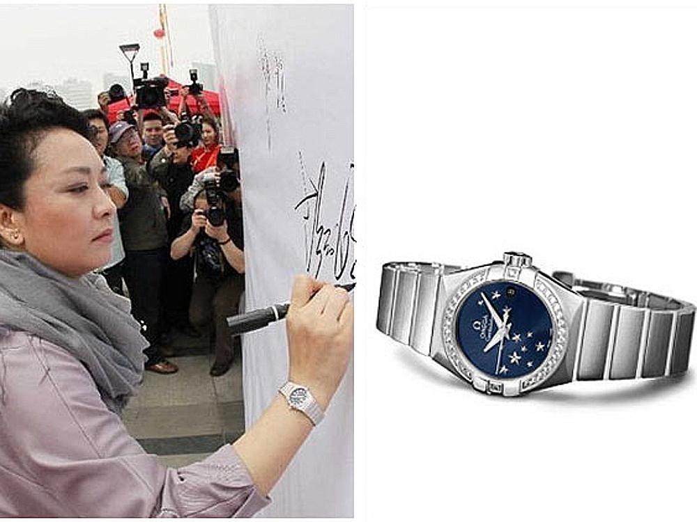 根據已曝光相片來看,總書記習近平夫人彭麗媛手上戴的是OMEGA的星座系列女錶(估計1萬瑞士法郎以內可以搞定),那自他以下的眾大小官員們該戴啥錶,自己心裡就該有數了吧?