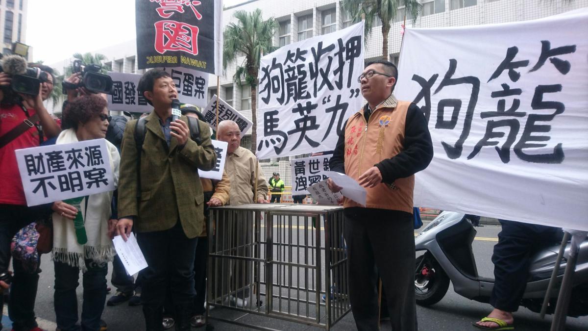 馬英九提早抵達北檢出庭,並到法警室報到,場內外支持者及抗議聲不斷。