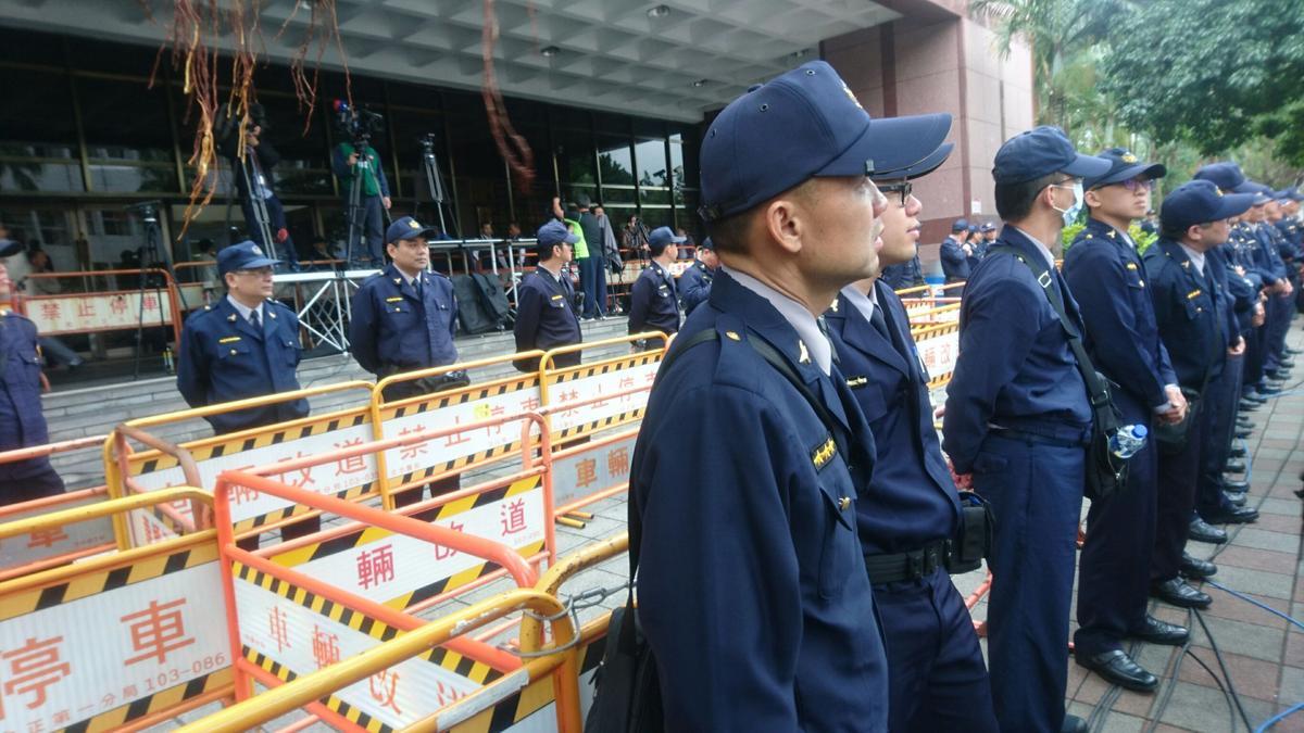 警方深怕馬出庭引起群眾衝突,派出層層警力戒護。