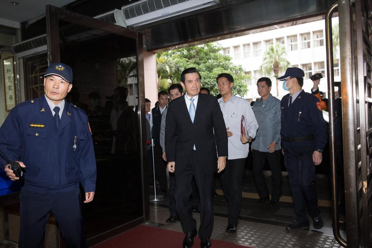 前總統馬英九涉教唆前檢察總長黃世銘洩密案,檢方今天下午首度以被告身分約談馬英九。