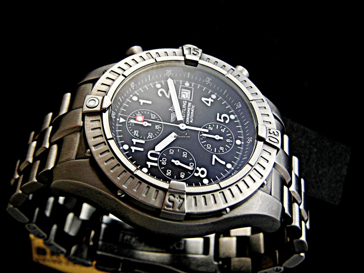 人生中第一只有點「檔次」是BREITLING百年靈的Super Avenger計時碼錶,大概是2000年左右入手的,定價約八萬左右。以鍛造鈦合金打造的錶殼及鍊帶、44mm的錶徑,閃亮亮的螢光時標及指針,存在感極其強烈。