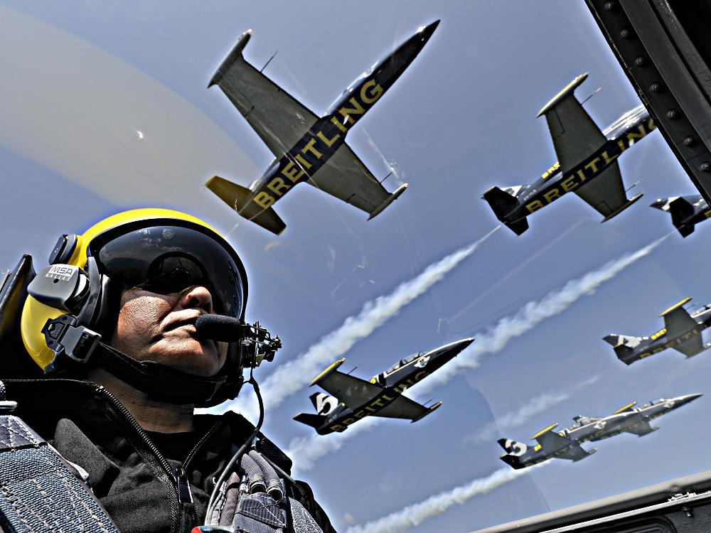 百年靈除了經營專業鐘錶之外,旗下的「關係企業」甚至還包含了全世界最大的民間噴射機特技表演團體---百年靈噴射機隊(Breitling Jet Team),是全球各大飛行展的受邀常客。