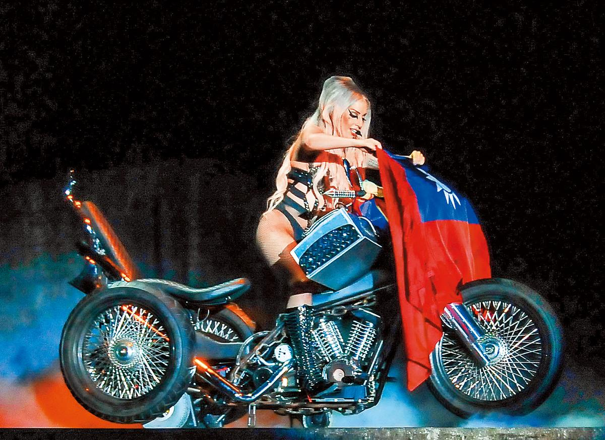 2012年卡卡來台開唱時拿國旗上台,令粉絲瘋 狂,台灣卻拖欠她公開演 出權利金長達兩年多。