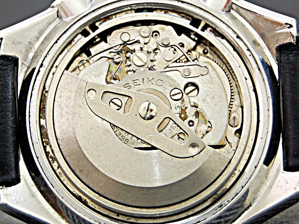 使用垂直離合機制的古董SEIKO計時碼錶機芯。外觀上其實與導柱輪離合機制並無二致。