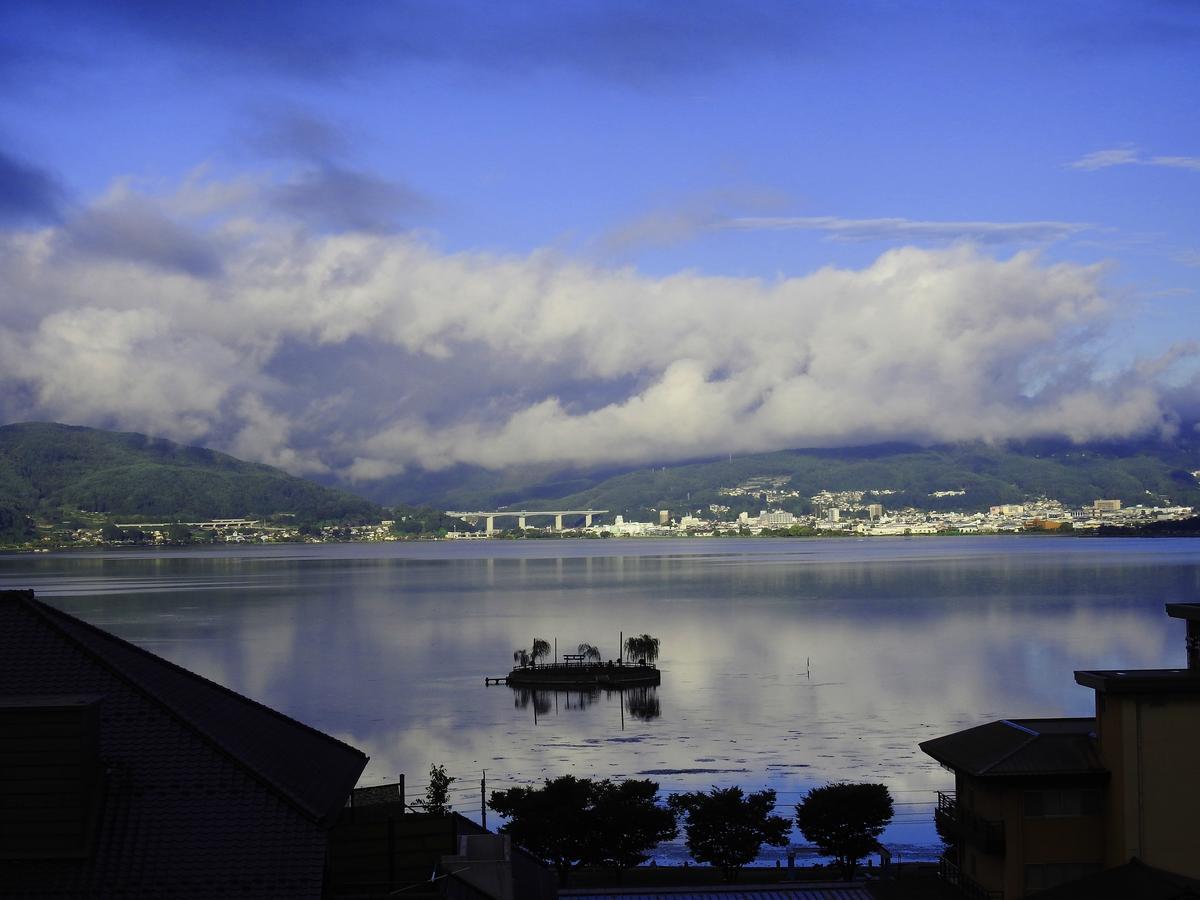 因作為動畫《妳的名字》中系守湖原型而爆紅的「諏訪湖」,位於距東京約兩小時車程的長野縣諏訪市。