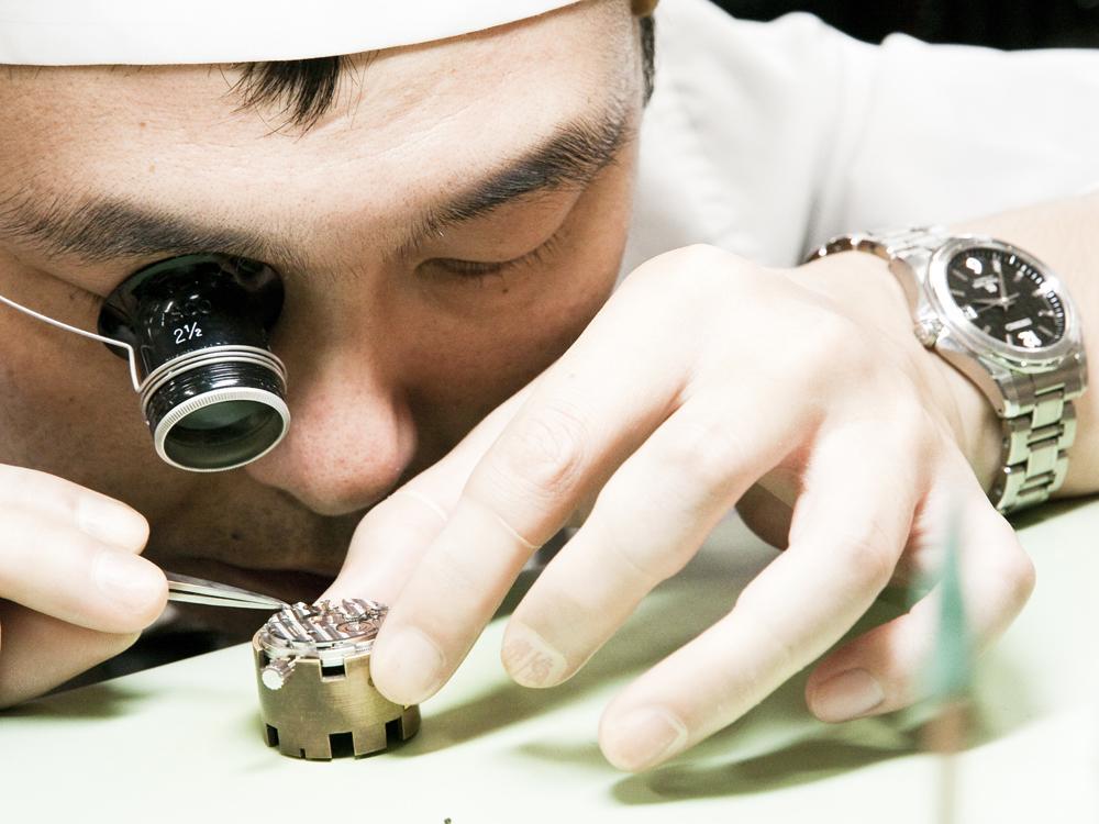遊絲的調整是GS系列機械機芯的重頭戲,所以僅能由通過認證、並取得「調整師」資格的資深製錶師來執行。而即便工房裡人才濟濟,具有調整師資格的人也不過一、二位而已。圖為工房的專職遊絲調整師「伊藤 勉」。