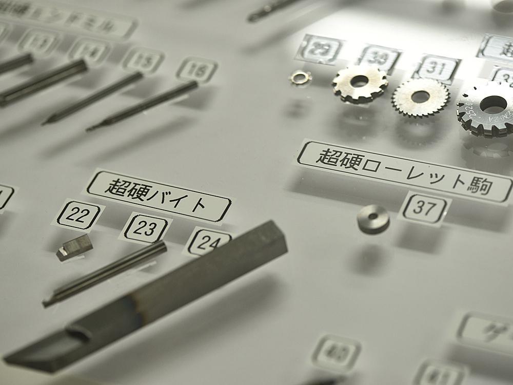 雫石高級時計工房堅持「一貫生產」的方式,從遊絲到螺絲的製作,從機芯的組裝到成錶的品管出貨,甚至連工具和刀具的製作都不假他人之手!圖為工房自行打造的車刀與銑刀,還可以接受外部的訂單特注生產。