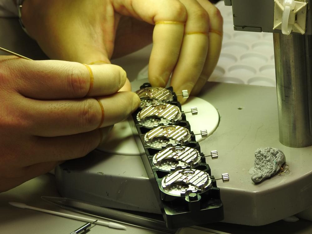 融入了人手的溫度與職人們的情熱,而這也正是「高級時計」與一般工業化大量生產腕錶的最大差異。