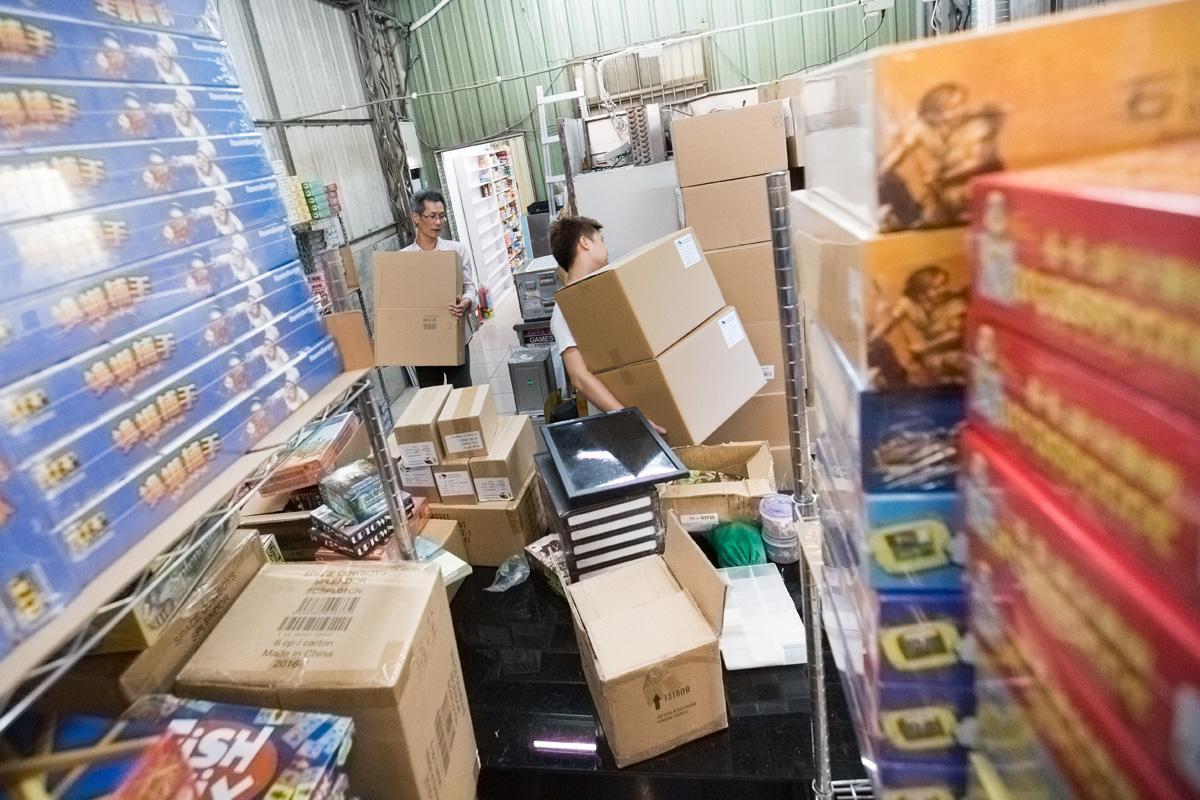 採訪時正好遇到進貨,貨物都會先運到旅順店,然後再分送其他分店