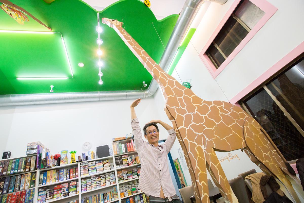 南和店主打親子風,一進門就會看到直達天花板的長頸鹿