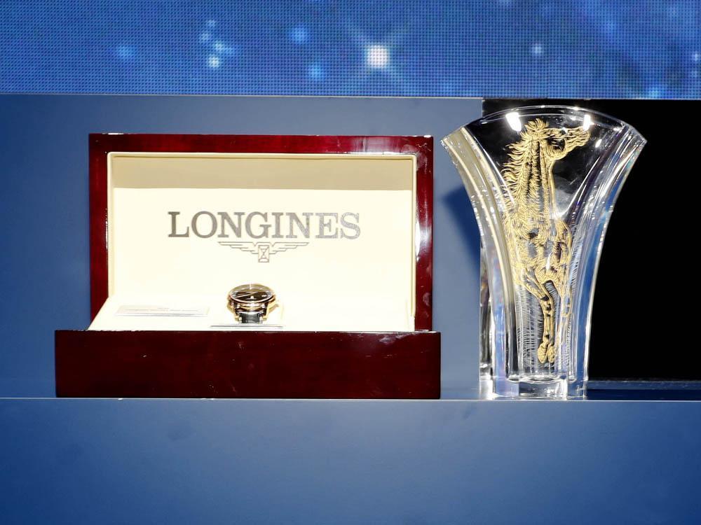 頒給Ryan MOORE的2016浪琴表全球最佳騎師獎獎盃水晶獎座 (右),以及贈送他的聖米爾系列18K玫瑰金材質腕錶 (左)。