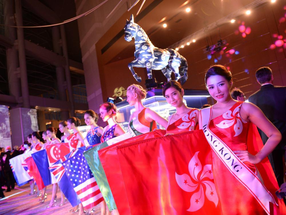 在明天(12/11)的香港沙田馬場「浪琴表香港國際賽事」上,Ryan MOORE也毫無意外的將披掛上陣,與來自全球的靚駒及優秀騎師們爭奪獎牌及總額高達2,500萬港幣的驚人獎金!圖為代表各參賽選手國的「賽馬女郎」。