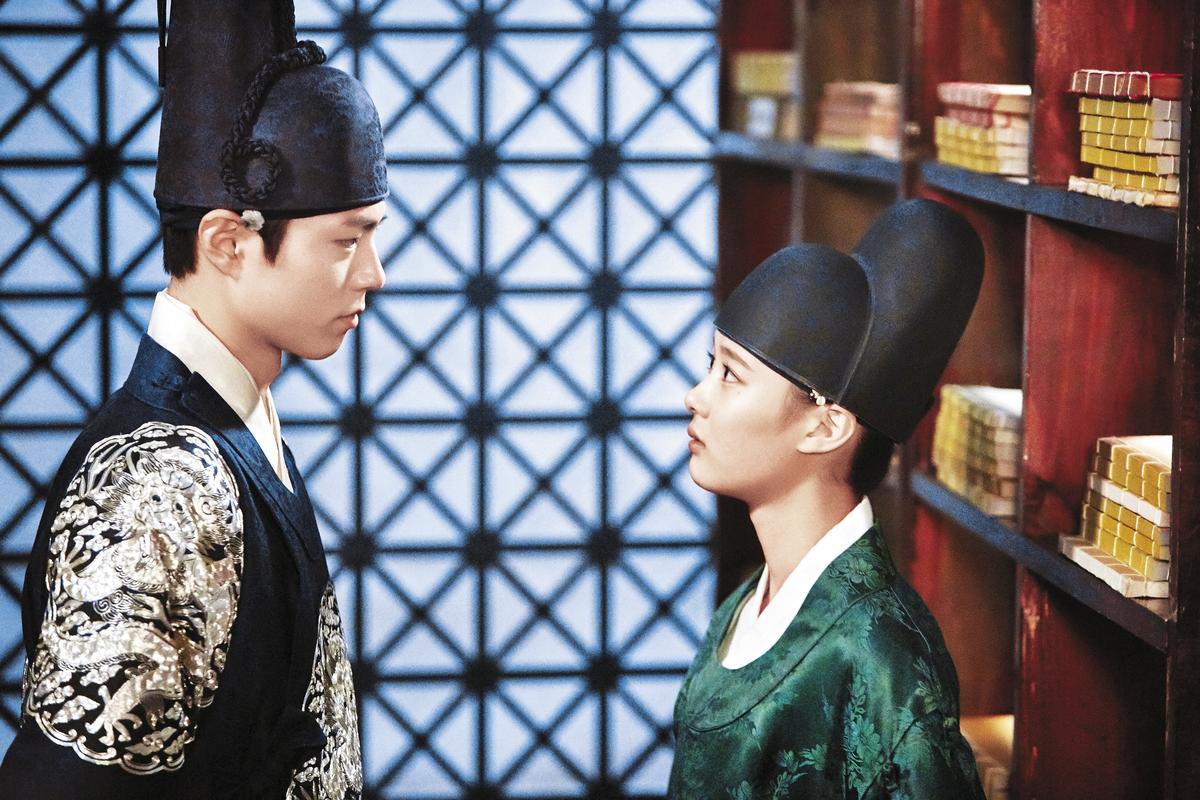 朴寶劍(左)剛演《雲畫的月光》時完全不開竅,直至這場向「樂溫」金裕貞(右)坦白自己是王世子的戲才突然「通了」。(時報文化提供)