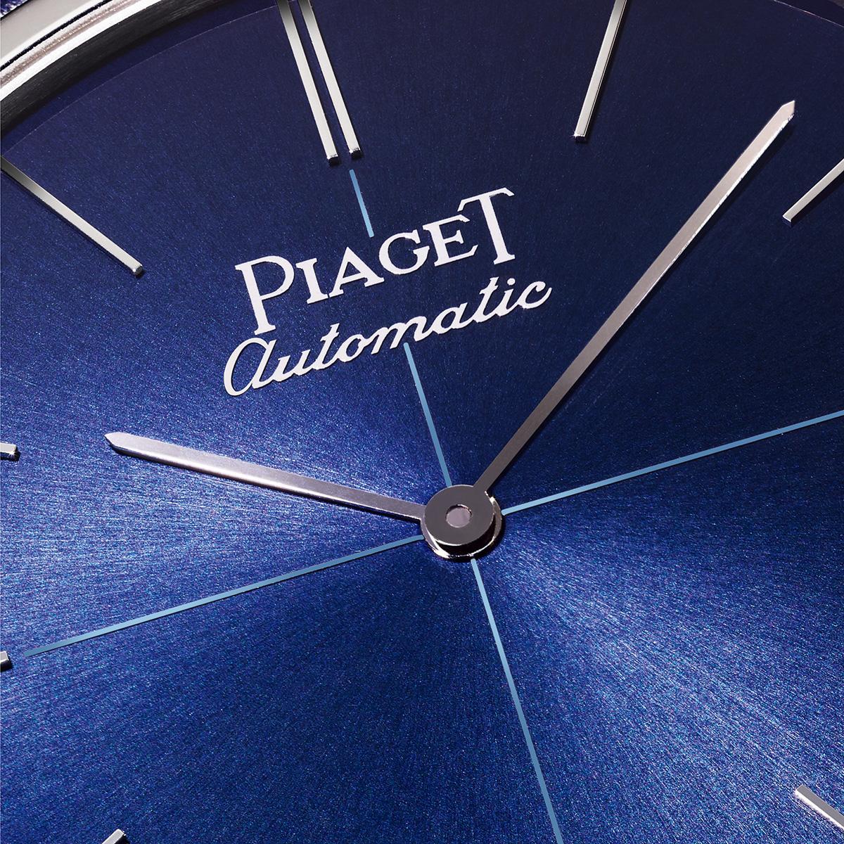 伯爵Altiplano 60周年限量款,藍色面盤與十字線條裝飾之外,自動上鍊款式的automatic字樣還用書寫體呈現,呼應初代錶款風貌。