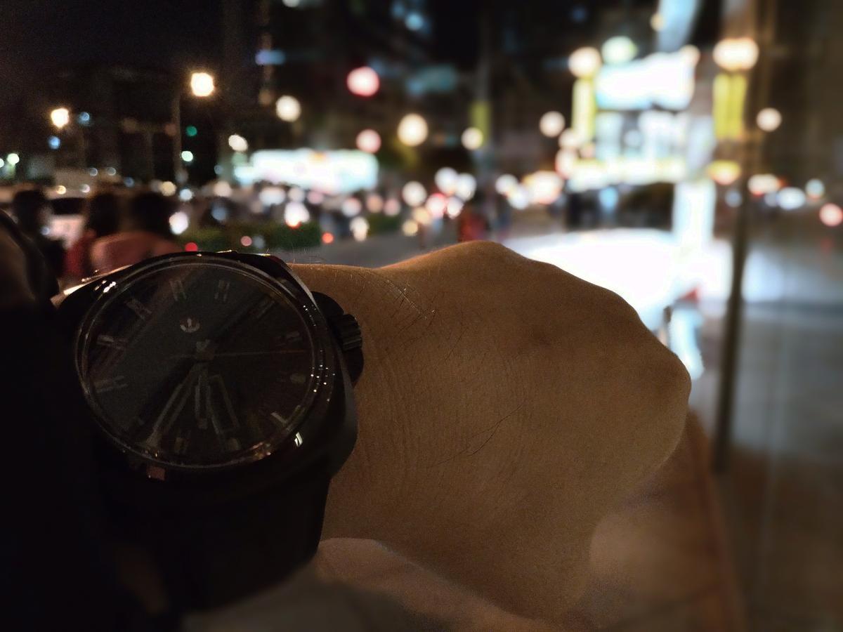 全黑錶較低調的風格同時也是也是一把雙面刃,光線充足時都不一定可以看清楚時間了,在昏暗的宴會或是派對場合自然更是考驗眼力。
