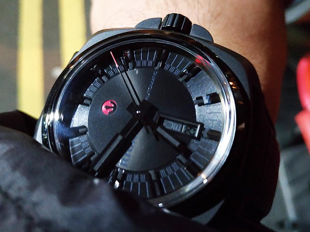 黑色「百搭」這句話同時也可以使用在全黑錶上。在穿搭上,全黑錶其實比一般金屬材質更好搭配,無論是長袖短袖、深色淺色,全黑錶都可以很簡單的突出或是融入整體的搭配中。