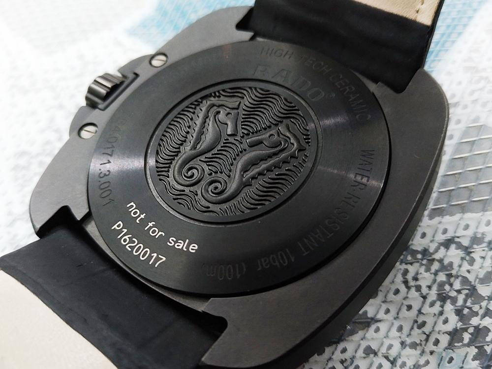 錶背蓋以鈦金屬打造,並施以黑色PVD表面處理,所以防水性較全氧化鋯陶瓷材質錶款更高一些,達到100米的水準。