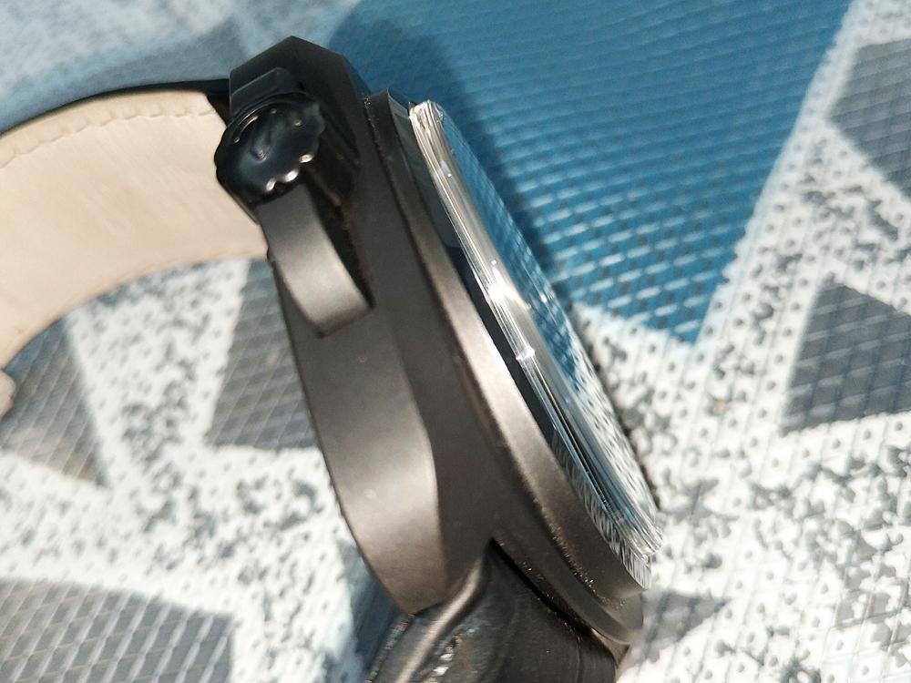 因為採用了現在最夯的氧化鋯陶瓷材質,所以在重量上大約是不鏽鋼的60%左右,跟鈦金屬差不多,既不會像鐵塊般重手,也不會如以往的陶瓷材質般輕到沒有存在感。各位有沒有覺得這個角度看起來很像某「P」牌的錶啊...