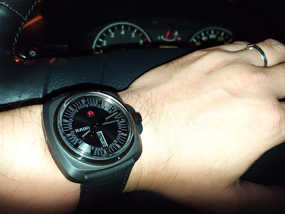 在夜間開車時如果不打上強光根本看不到時間!所以開車不看錶,看錶不開車...