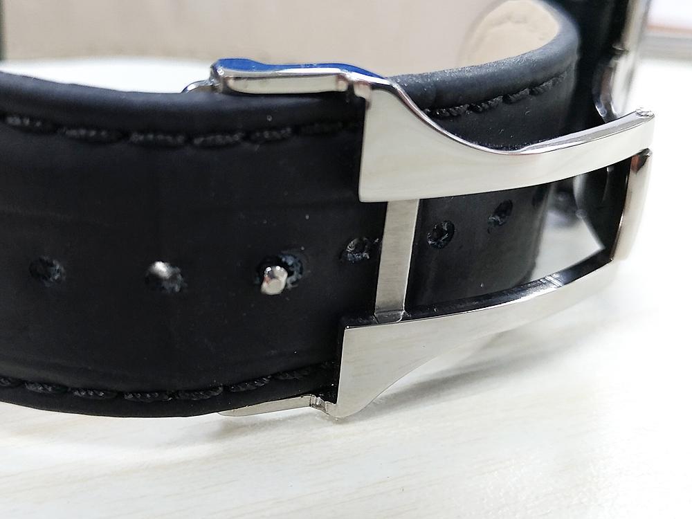 皮帶雖然加厚了但是錶扣的扣針卻沒有跟著加長,所以必須要很用力的押入才能把錶扣給扣上,亦增加了不小心脫落的風險。